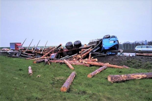 Tir przewrócił się, drewno wysypało się na A4. Kierowca? Kompletnie pijany