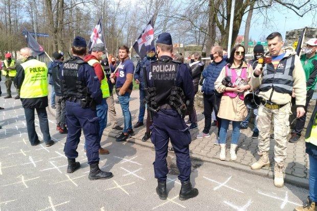 Morawiecki już w Bolesławcu! Protest Strajku Kobiet przed szpitalem