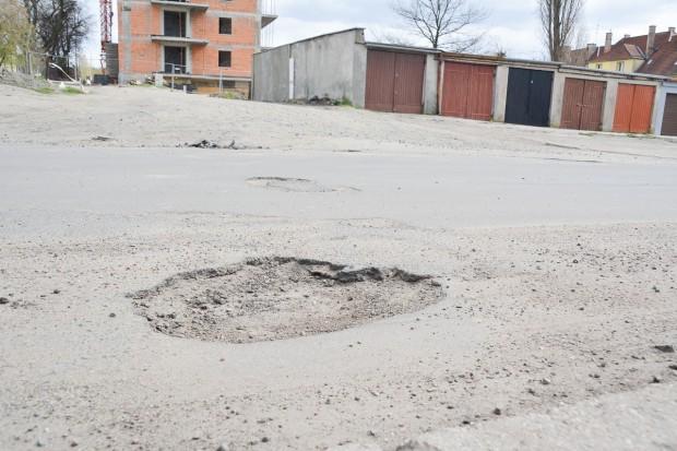 """Czytelnik zirytowany stanem ulicy Staroszkolnej. """"Jedna wielka dziura"""""""