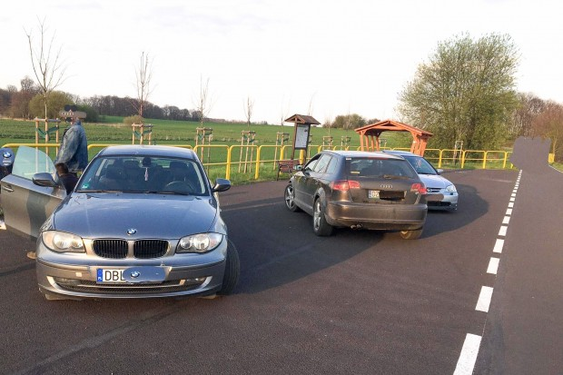 Młodzi w BMW i Audi zaparkowali na ścieżce rowerowej i agresywnie pyszczyli do ludzi!