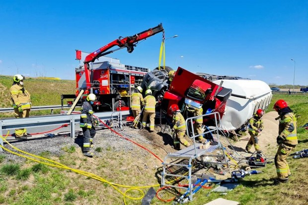 Kierowca był zakleszczony w kabinie, zadysponowano strażaków z SGRT Bolesławiec