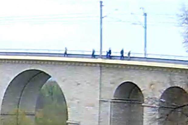 Sześć osób nielegalnie spacerowało po bolesławieckim wiadukcie