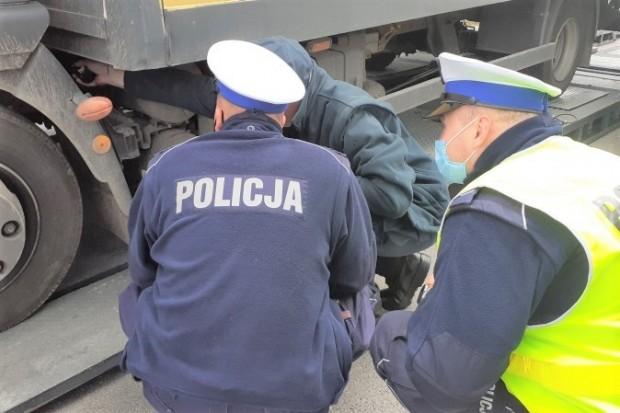 Kontrolowali ciężarówki, 14 dowodów rejestracyjnych zatrzymanych