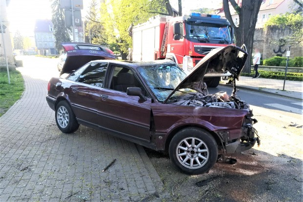 Samochód Audi uderzył w drzewo w centrum miasta