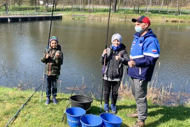 Młodzi wędkarze łowią ryby na Leśnym Potoku