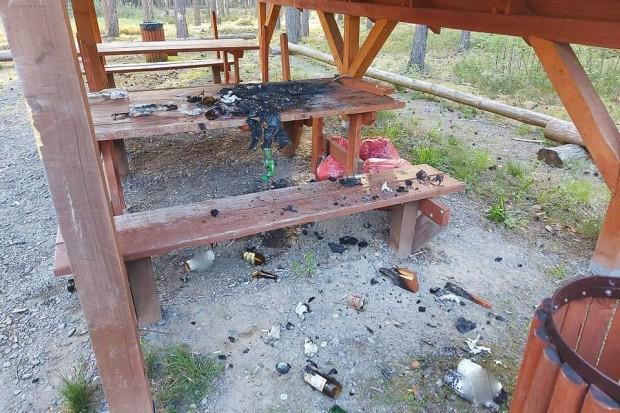 """Imprezowicze zdewastowali stół, podpalili śmieci. """"LUDZIE, CO SIĘ Z WAMI DZIEJE"""""""