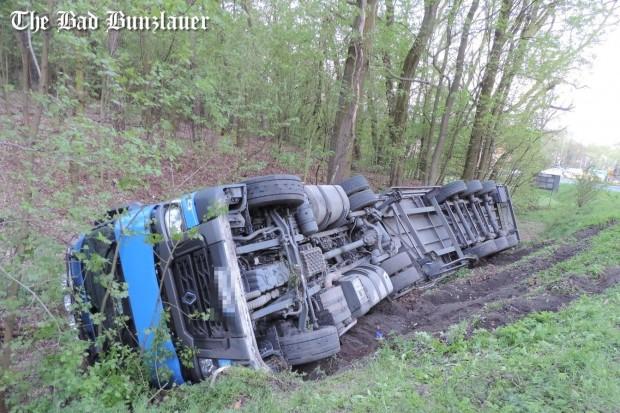 Dąbrowa Bolesławiecka: ciężarówka Renault wylądowała w rowie, kierowca z mandatem