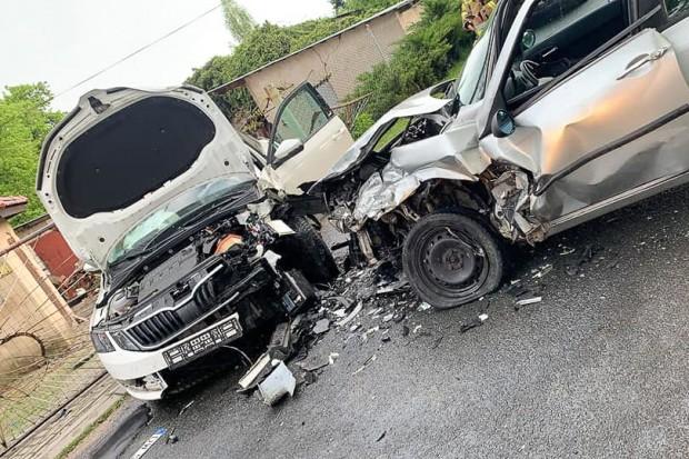 Czołowe zderzenie dwóch aut w Nowogrodźcu. Dwie osoby trafiły do szpitala