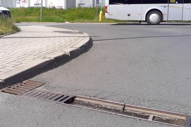Niebezpieczna dziura po brakującej kratce przed przejazdem na Modłowej