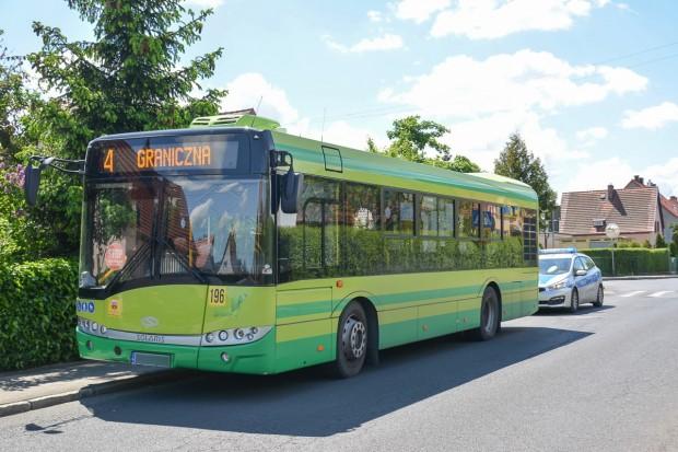 Wypadek na Staszica. 76-letnia pasażerka autobusu trafiła do szpitala