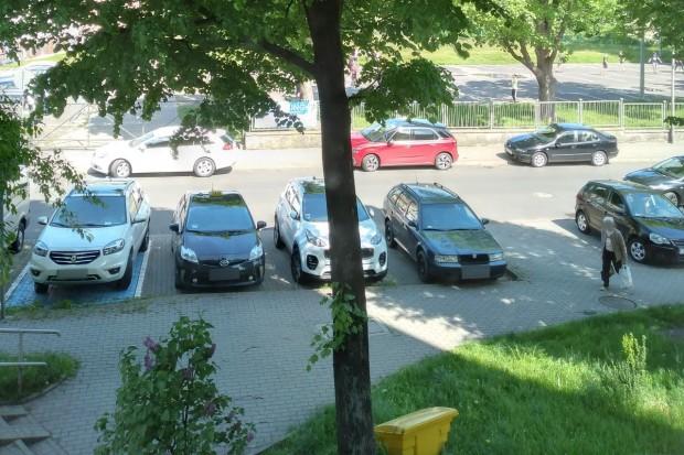 Jest problem z parkowaniem przy Bielskiej? Wszystkiemu winien punkt szczepień?