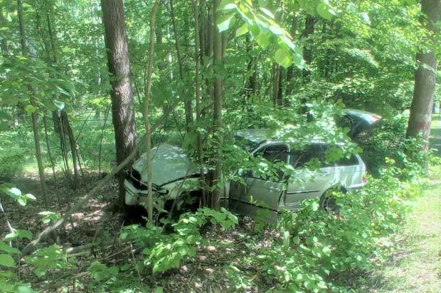 Wypadek: dwa auta wylądowały w rowie. Jedna osoba ranna