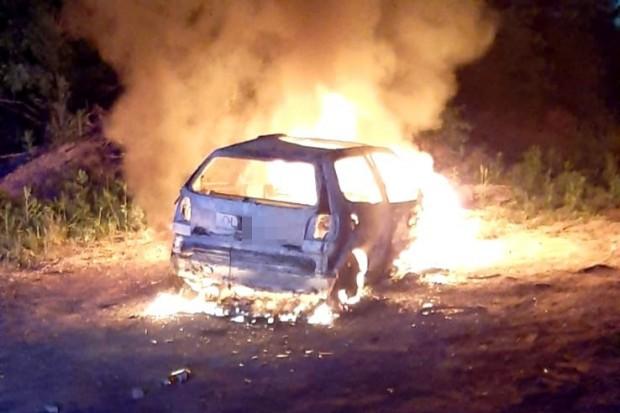 Pożar auta przy jeziorze. Ktoś je podpalił