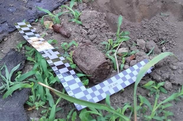 Niebezpieczne zdarzenie w Kruszynie. Kobieta odcięła motyką zapalnik granatu