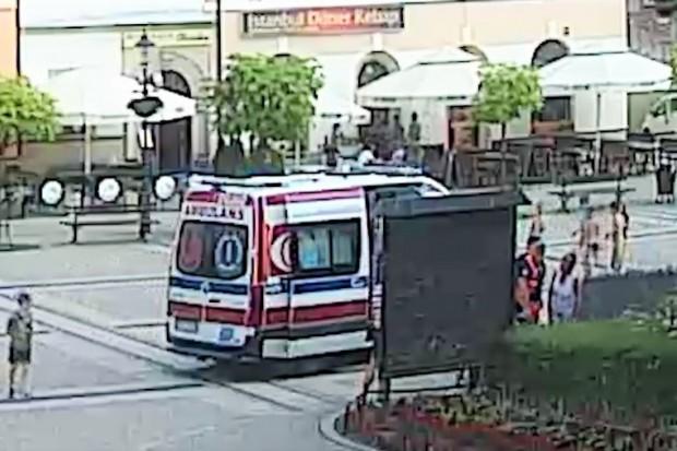 Mężczyzna zasłabł w Rynku, pomogli przechodnie. Wezwano karetkę