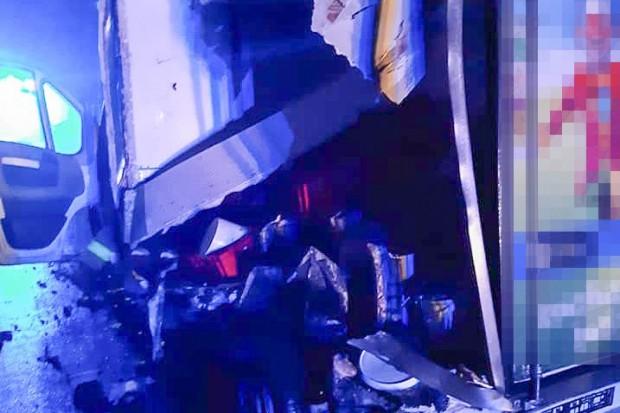 Ciężarówka najechała na tył unieruchomionego busa. Sprawca z mandatem