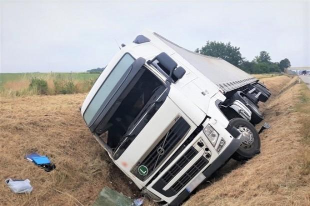 A4: tir wylądował w rowie, bo… kierowca zasnął za kierownicą