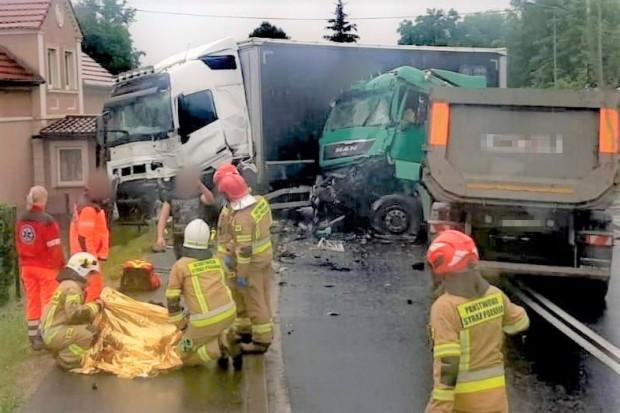 Zderzenie dwóch ciężarówek w Trzebieniu. Pierwsi poszkodowanym pomogli żołnierze