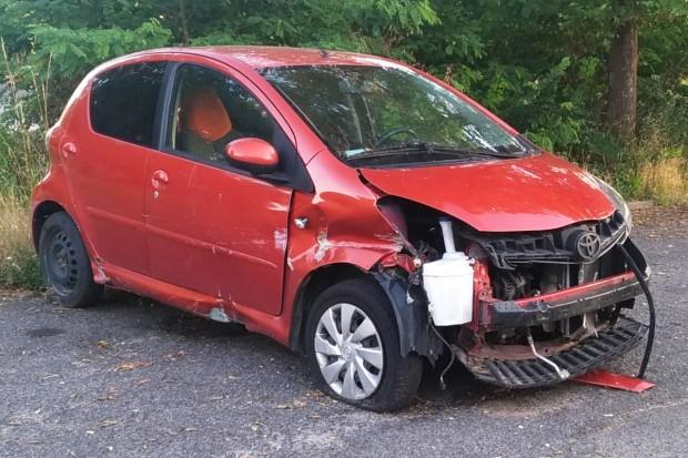 Uszkodzona Toyota straszy przy Rzemieślniczej