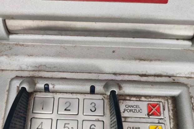 Tak wygląda bankomat w Nowogrodźcu. Gdzie higiena? – pyta czytelnik