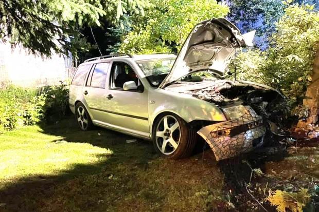 Raciborowice: Jedna osoba ranna po tym jak auto uderzyło w słup i wpadło na posesję