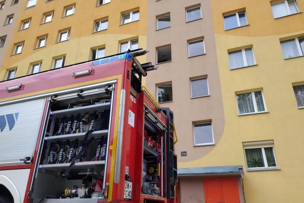 Pożar w wieżowcu przy Jana Pawła II w Bolesławcu. Jedna osoba ranna