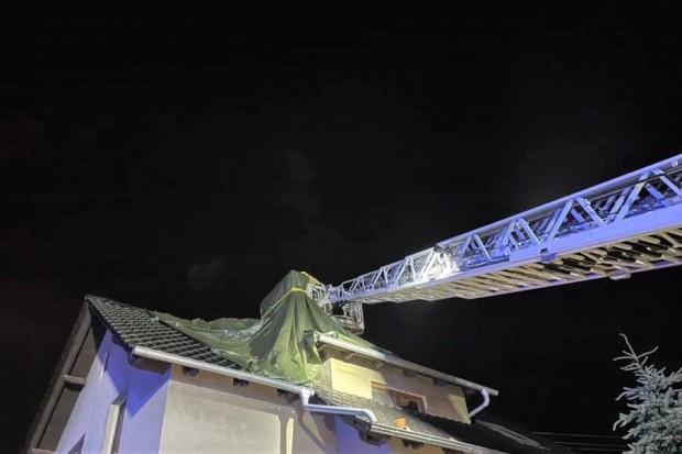 Burze nad powiatem bolesławieckim. Piorun uszkodził dach budynku