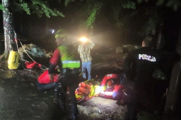 21-letni turysta spadł z punktu widokowego w górach. Trudna akcja służb