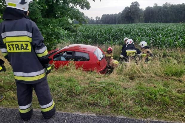 Kierowca uderzył w drzewo, zostawił pojazd i uciekł