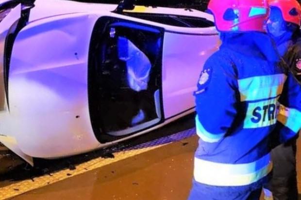 Nocna akcja służb na rozwidleniu A4 i A18. Auto wylądowało na boku