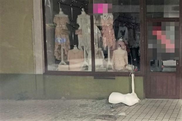 Kompletnie pijany 40-latek ukradł… manekina sklepowego i dwie damskie torebki