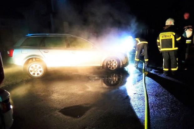 Nocny pożar auta w Nowogrodźcu