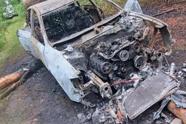 Wrak spalonego i okradzionego auta straszy w Leśnictwie Tomaszów