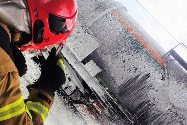 Pożar cysterny z olejem napędowym, kilka osób poszkodowanych. Spektakularne ćwiczenia