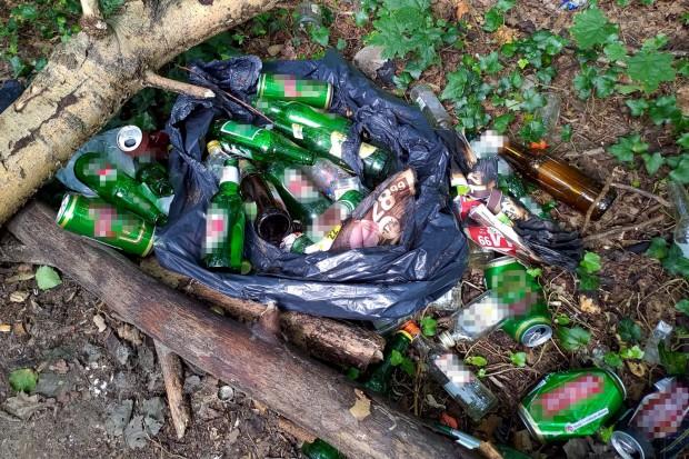 Niewiarygodny syf przy wejściu do lasu przy alei Tysiąclecia