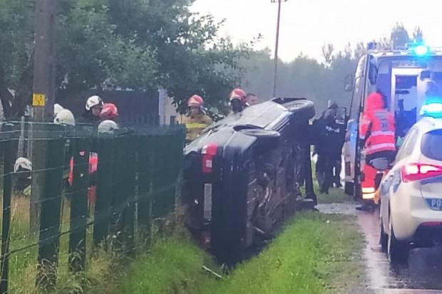 Wypadek w Wykrotach. Pijany kierowca wypadł przez okno, dwie osoby ranne