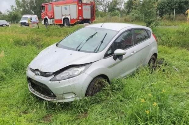 Wypadek koło Kozłowa, ford wypadł z drogi. Jedna osoba ranna