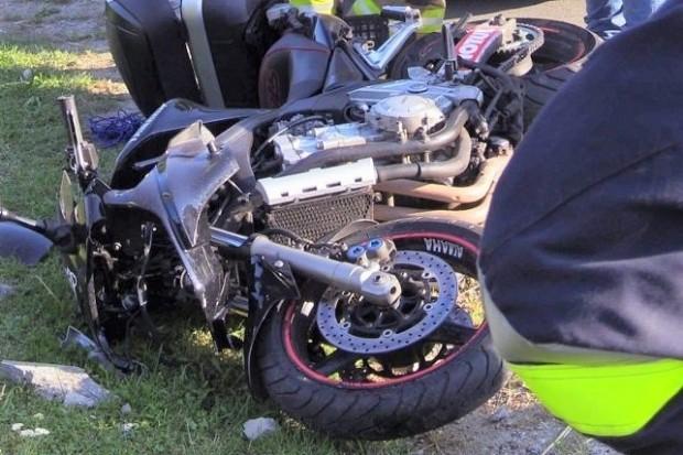 Pijany motocyklista bez uprawnień wjechał w słup. Grozi mu do dwóch lat więzienia