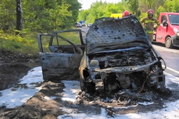 Dwa pożary jednego dnia. Auto spłonęło doszczętnie