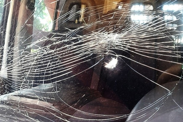Wszedł na prywatną posesję i uszkodził dwa auta. Porysował karoserię i rozbił szybę