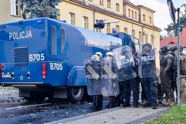 Zamieszki przed siedzibą policji po śmierci aresztowanego mężczyzny