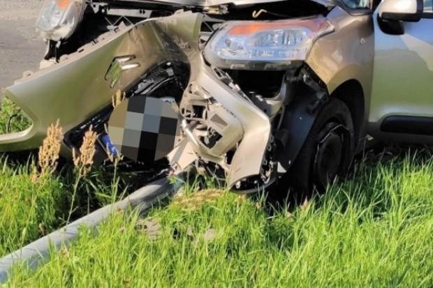 Kompletnie pijany kierowca skasował latarnię. Zatrzymał go policjant, który... świętował swoje urodziny