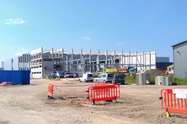 Nowa hala powstaje na strefie w Bolesławcu. Co tam będzie?