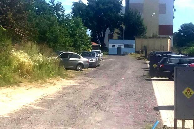 Brak latarni i chodników oraz prowizoryczna droga na osiedlu przy Kleeberga