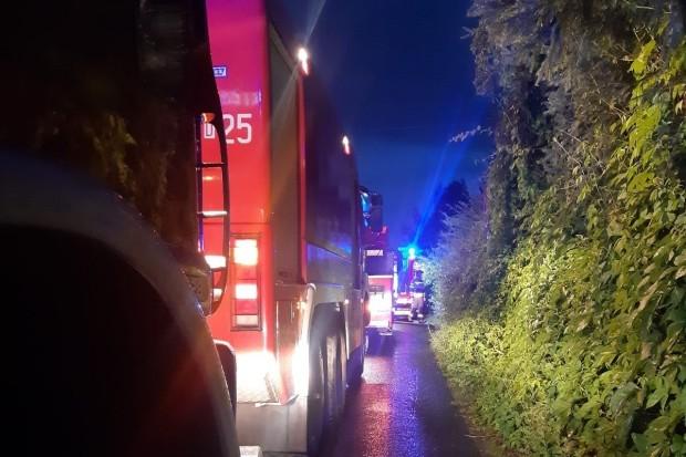 Nocny pożar w Kruszynie – 6 zastępów straży pożarnej w akcji gaśniczej