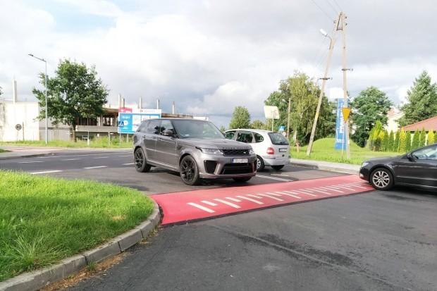 Progi i nowe oznakowanie na skrzyżowaniu Lubańskiej ze Śluzową. Jest bezpieczniej?