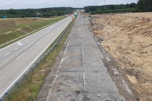 Droga krajowa nr 18 staje się autostradą. Zobacz, jak postępują prace