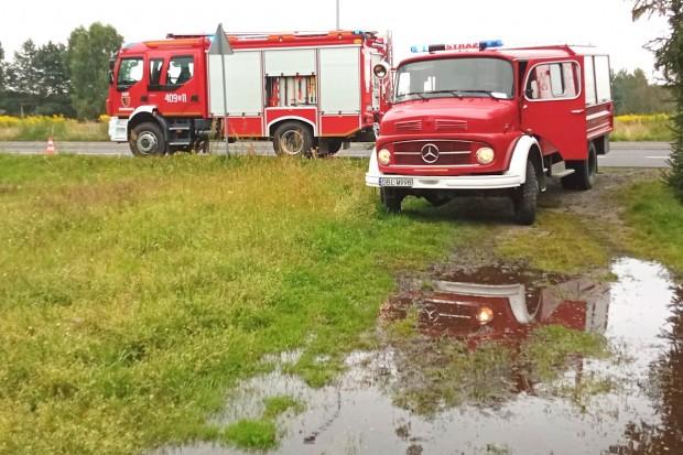 Zalane posesje w Pasterniku. Strażacy wypompowują wodę