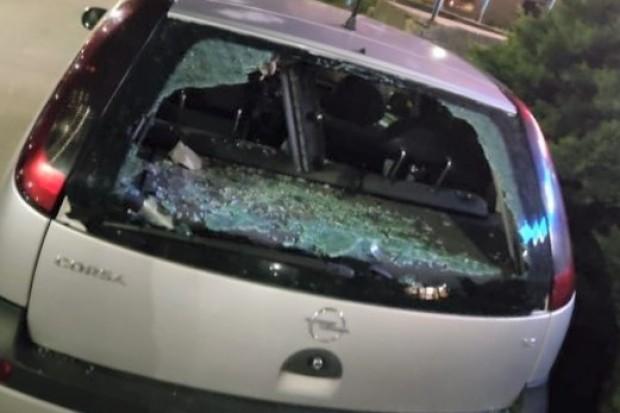 Rzucał w auta wazonami, talerzami i słoikami z okien mieszkania. Pijany wandal zatrzymany