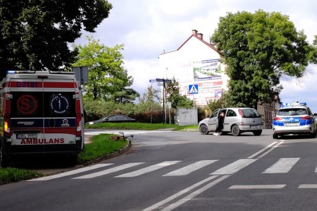 Wypadek na Garncarskiej w Bolesławcu. Rowerzysta ma złamane palce